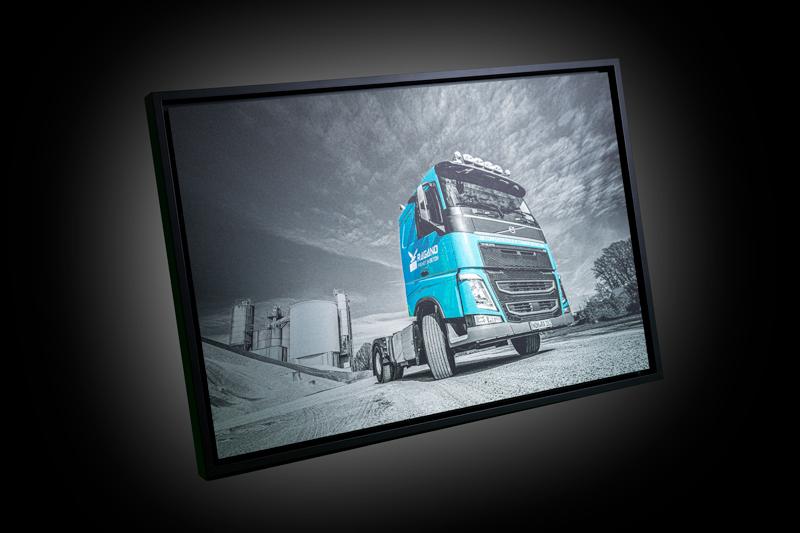 Kunstdruck von einer Baustelle mit LKW im Vordergrund für die Inneneinrichtung von Ragano